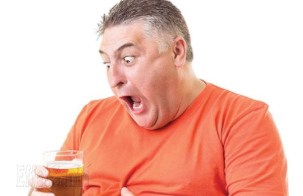 bière, consommation excessive de bière, houblon et la bière, gros ventre, gros seins, seins qui poussent